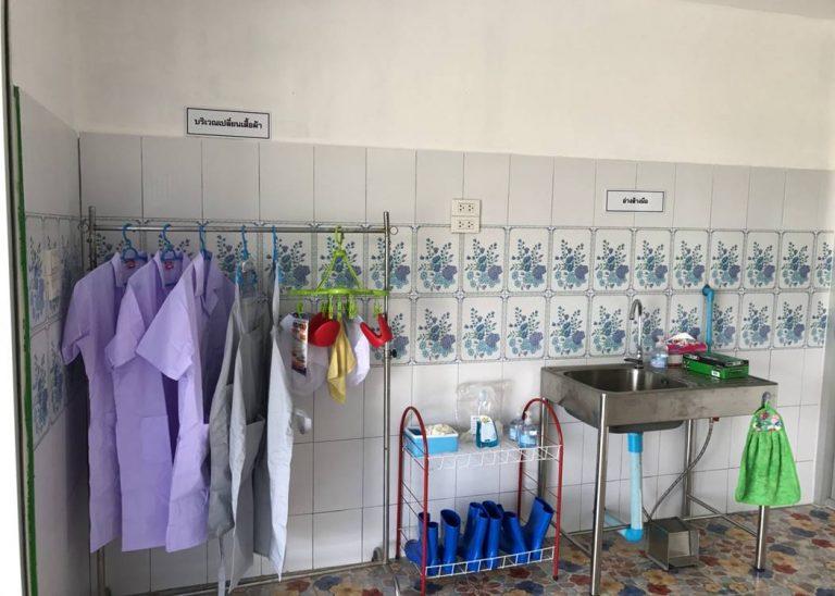 บริเวณด้านใน ประกอบด้วยบริเวณเปลี่ยนชุดทำงานและอ่างล้างมือก่อนเข้าห้องผลิต ด้านใน
