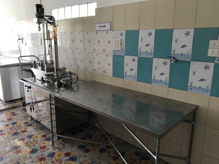 บริเวณผลิตอาหาร มีเครื่องสำหรับทำห่อแผ่นเกี๊ยวทำขนมจีบ